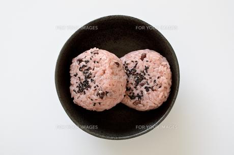 赤飯おにぎりの写真素材 [FYI01233023]