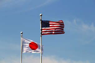 アメリカと日本の国旗の写真素材 [FYI01233026]