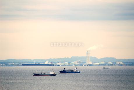 東京湾の工業地帯を航行する貨物船の写真素材 [FYI01233030]