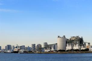 港の工場と貨物船の写真素材 [FYI01233031]
