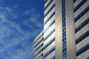 日差しが反射する建物の外壁の写真素材 [FYI01233146]