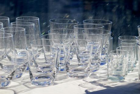 カウンターに並ぶたくさんのグラスの写真素材 [FYI01233149]
