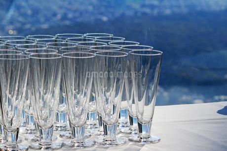 カウンターに並ぶたくさんのグラスの写真素材 [FYI01233150]