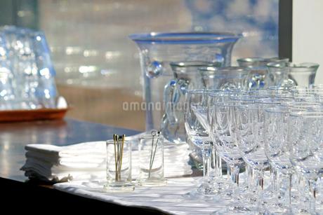 カウンターに並ぶたくさんのグラスの写真素材 [FYI01233151]