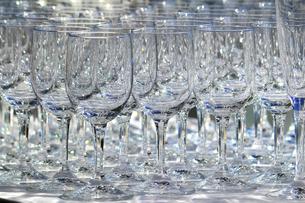 カウンターに並ぶたくさんのグラスの写真素材 [FYI01233152]