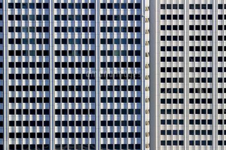 規則正しく配置された窓のある建物の外壁の写真素材 [FYI01233154]