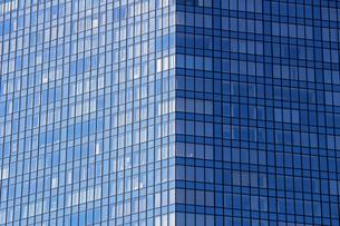ガラスで覆われたビルの壁の写真素材 [FYI01233162]