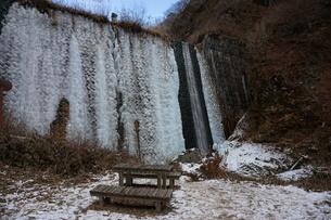 凍った滝川の写真素材 [FYI01233171]
