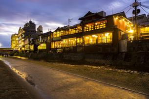 京都先斗町の街並みの写真素材 [FYI01233354]