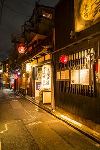 京都先斗町の街並みの写真素材 [FYI01233355]