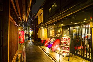 京都先斗町の街並みの写真素材 [FYI01233356]