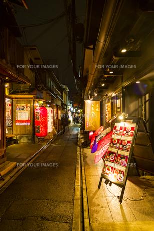 京都先斗町の街並みの写真素材 [FYI01233357]