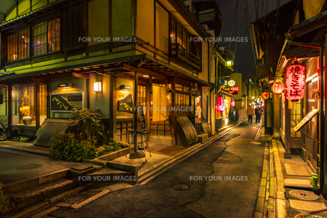 京都先斗町の街並みの写真素材 [FYI01233358]