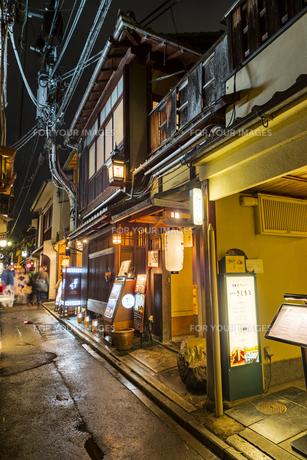 京都先斗町の街並みの写真素材 [FYI01233360]