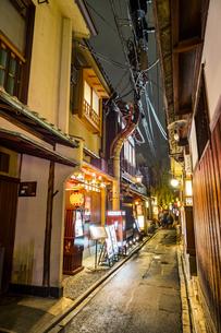 京都先斗町の街並みの写真素材 [FYI01233361]