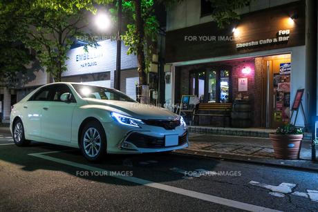 白いセダンの車の写真素材 [FYI01233371]