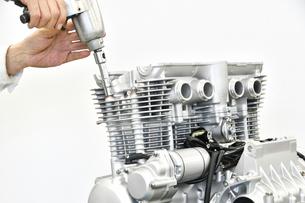 大型バイクエンジンの整備の写真素材 [FYI01233617]