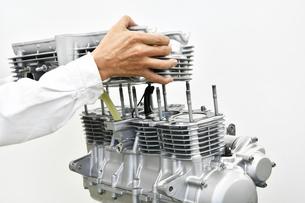 大型バイクエンジンの整備の写真素材 [FYI01233619]