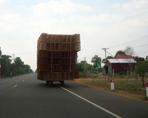 カンボジア国道6号線を走る過積載のバイクの写真素材 [FYI01233654]