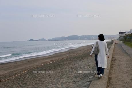 波打ち際の女性の写真素材 [FYI01233914]