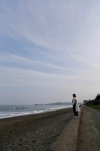 波打ち際の女性の写真素材 [FYI01233915]