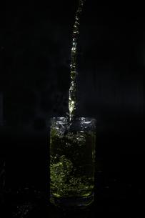 グラスからあふれ出る水の写真素材 [FYI01234395]