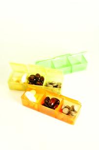 プラスチック容器に入った3種類のサプリメントの写真素材 [FYI01234452]