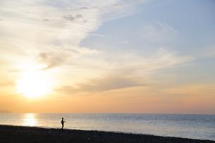 夕日 シルエットの写真素材 [FYI01234756]