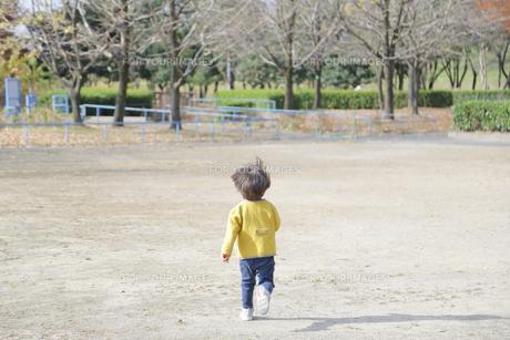 走る子ども 後ろ姿の写真素材 [FYI01234763]