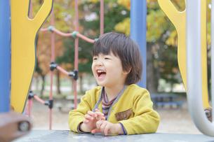 公園で遊ぶ 子どもの写真素材 [FYI01234765]