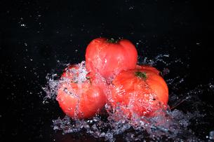 トマトと水飛沫の写真素材 [FYI01234897]