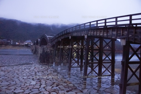 錦帯橋(早朝)の写真素材 [FYI01235021]