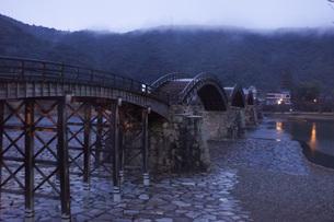 錦帯橋(早朝)の写真素材 [FYI01235023]