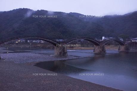錦帯橋(早朝)の写真素材 [FYI01235024]