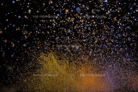 飛散るカラーパウダーの写真素材 [FYI01235159]