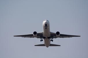 離陸するジェット旅客機の写真素材 [FYI01235224]