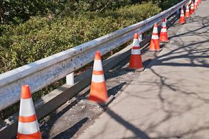 ロードコーンが並んだ工事中の道路の写真素材 [FYI01235283]