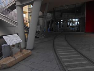 高松港旅客ターミナルビルにある宇高連絡船が運航されていた頃の線路の写真素材 [FYI01235372]