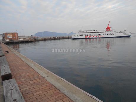 高松港 フェリーが入港の写真素材 [FYI01235391]