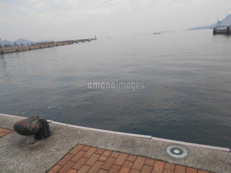 朝の高松港の写真素材 [FYI01235392]