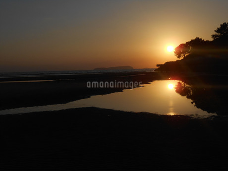 父母ヶ浜(ちちぶがはま・香川県) 夕日の輝きの写真素材 [FYI01235417]