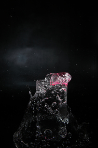 グラスからあふれ出る水の写真素材 [FYI01235436]