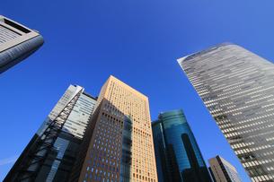 青空の下の高層ビルの写真素材 [FYI01235463]