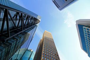 青空の下の高層ビルの写真素材 [FYI01235464]