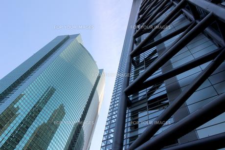青空の下の高層ビルの写真素材 [FYI01235465]