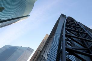 青空の下の高層ビルの写真素材 [FYI01235466]