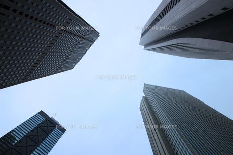 クールな色彩に統一された新宿の高層ビル群の写真素材 [FYI01235467]