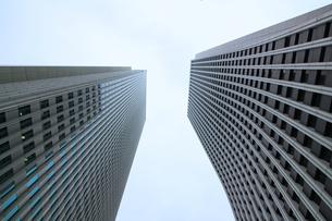 クールな色彩に統一された新宿の高層ビル群の写真素材 [FYI01235468]