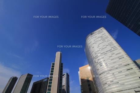 青空の下の高層ビルの写真素材 [FYI01235546]
