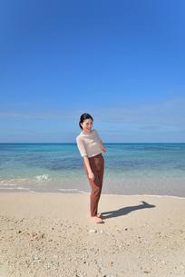 宮古島/リフレッシュ休暇の若い女性の写真素材 [FYI01235658]